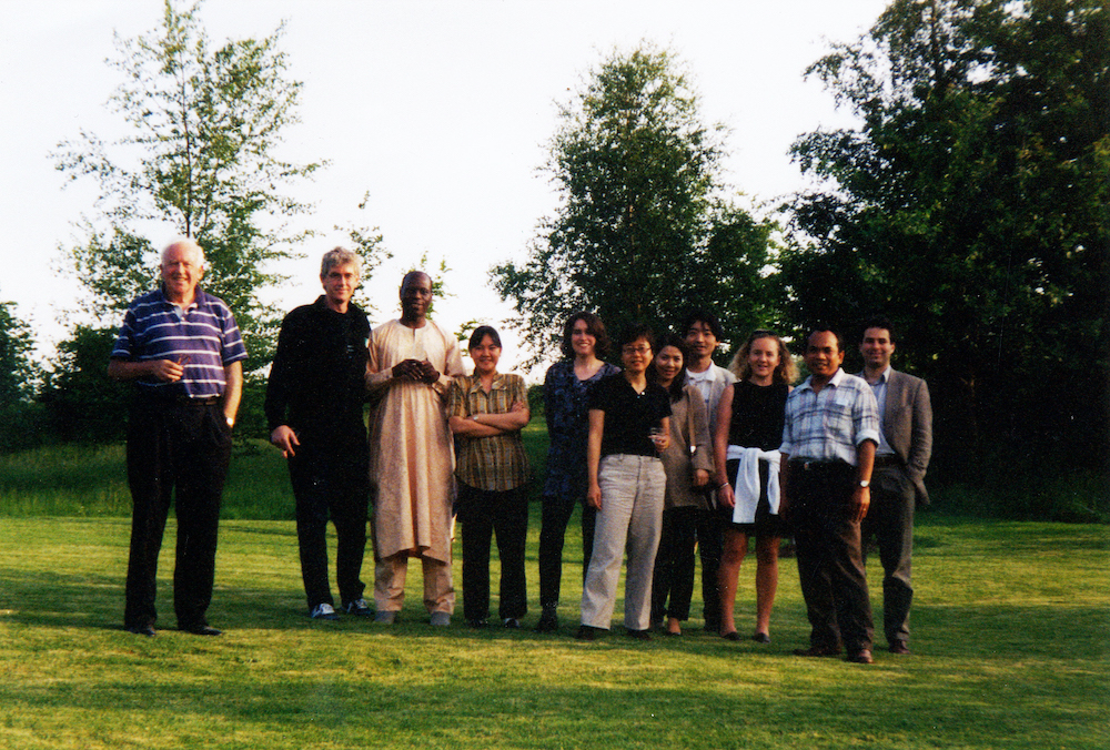 Godfrey Hodgson (left) with the 1999 cohort of Journalist Fellows. Credit: Ian Henscheke