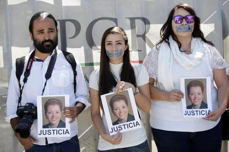 "Journalists protest against the murder of the Mexican journalist Miroslava Breach, outside the Attorney General's Office (PGR) in Ciudad Juarez, Mexico March 25, 2017. Pictures of Miroslava reads ""Justice"" REUTERS/Jose Luis Gonzalez"